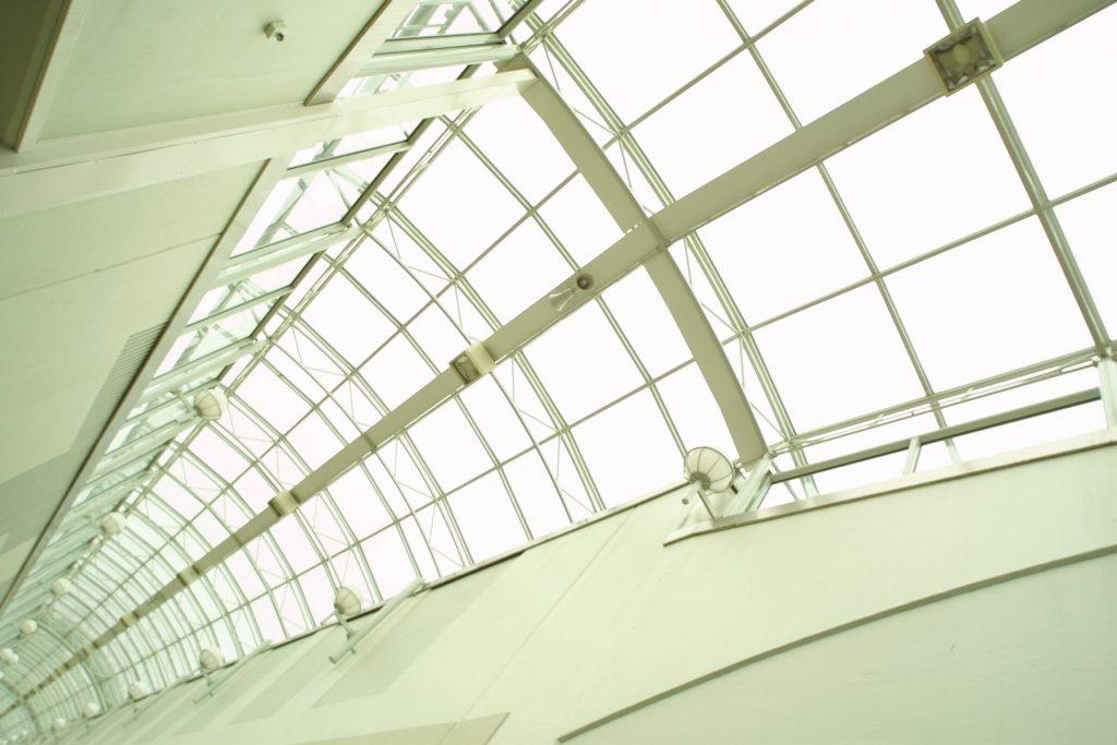 """Amb els lluernaris aconseguim llum que proporcionen un gran confort en qualsevol època de l'any. A CRISTALLERIES UNIÓ S.L. oferim una gran varietat de dissenys capaços de satisfer les seves necessitats. La serralleria metàl·lica amb combinació amb el vidre aïllant, vidre laminat o el policarbonat cel·lular permet fer estructures, tipus claraboies que permeten protegir i definir nous espais interiors o exteriors del seu habitatge. CRISTALLERIES UNIÓ S.L. dissenya, fabrica i instal·la lluernaris, claraboies, porxos i pèrgoles. GAMMA DE MATERIALS. Els perfils metàl·lics poden ser d'acer al carboni, acer """"corten"""" i acer inoxidable. Els panells poden ser de vidre (transparent o glaçat), policarbonat cel·lular (transparent o glaçat) o panell sandvitx de coberta (doble xapa d'acer galvanitzat lacat amb nucli aïllant). Alumini, PVC, Ferro, Acer inoxidable."""