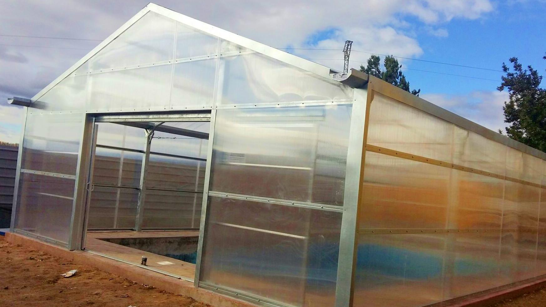 És una construcció més o menys permanent que permet modificar el microclima del seu interior i permetre el conreu de vegetals en millors condicions o fora d'època.