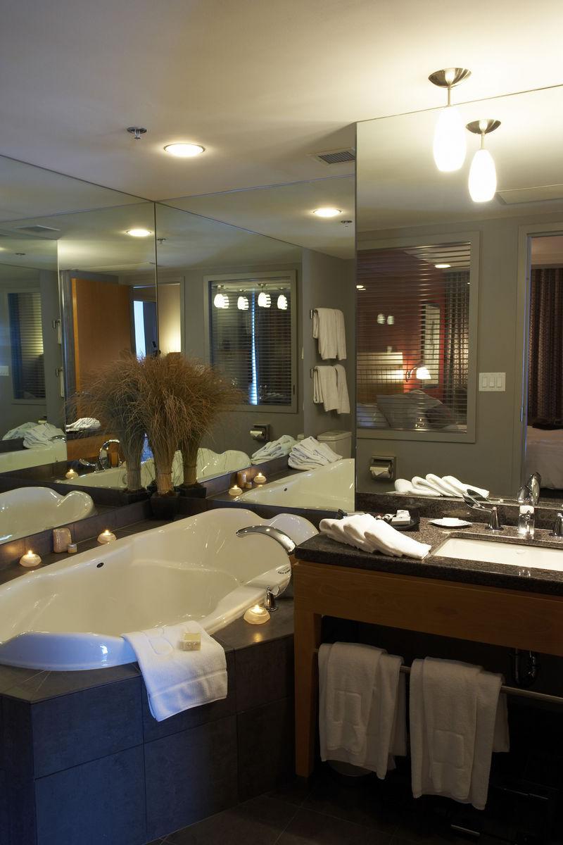 Miralls a Andorra. Fabriquem i instal·lem tot tipus de miralls de màxima qualitat a Barcelona. Els miralls es poden instal·lar de diverses maneres: enganxats a la paret, enganxats sobre fusta, en portes, o subjectats amb accessoris. Els nostres instal·ladors l'ajudaran a decidir quin és manera més adequada i segura en cada cas. Disposem de tots els tipus de miralls: Mirall plana de 3 mm Mirall plana de 5 mm Mirall gris Mirall de bronze Mirall Blau Mirall envellit