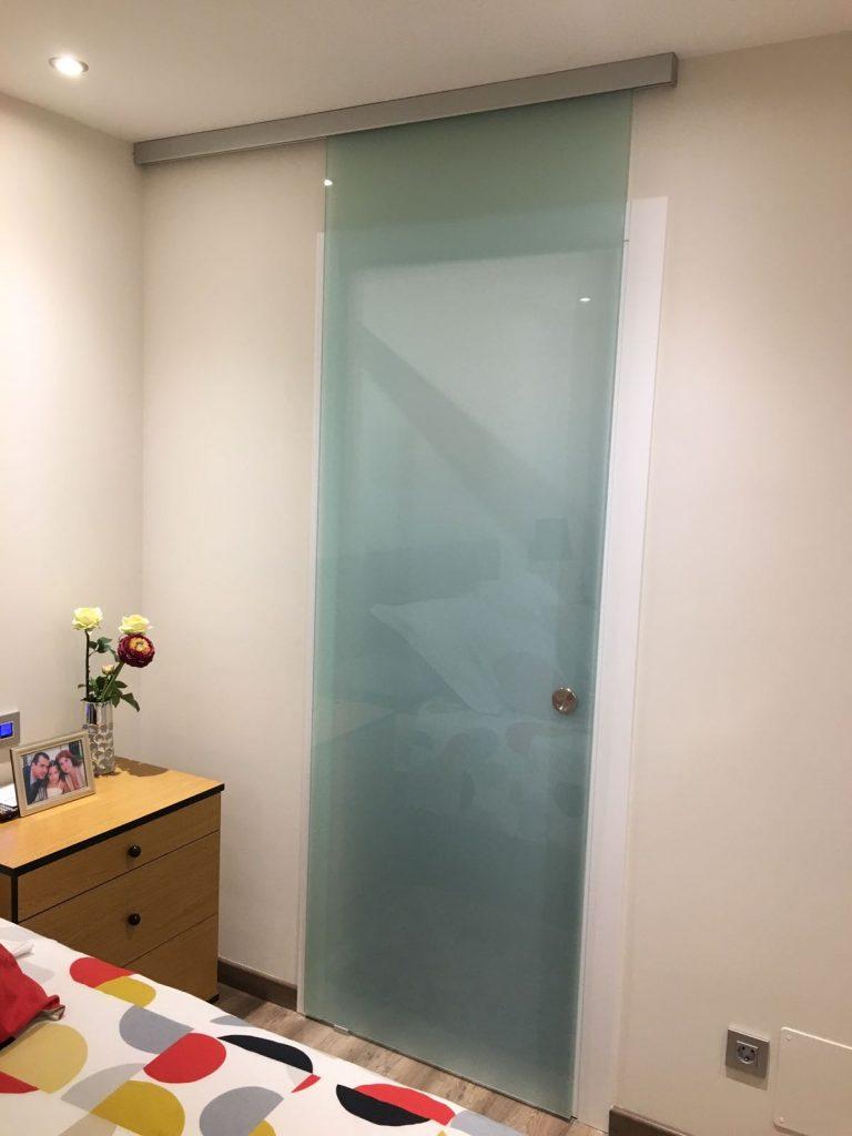 Les portes corredisses de cristall permeten donar intimitat ocupant un mínim espai i deixant passar la llum, i a La Cristalleria Unió d'Andorra la Vella disposem d'un ampli catàleg de guies per a corredisses per a qualsevol situació que necessiti. Les nostres guies i ferramentes estan a l'avantguarda en disseny i elegància. Utilitzem les millors marques amb les quals podem fer tot tipus de portes corredisses de vidre: