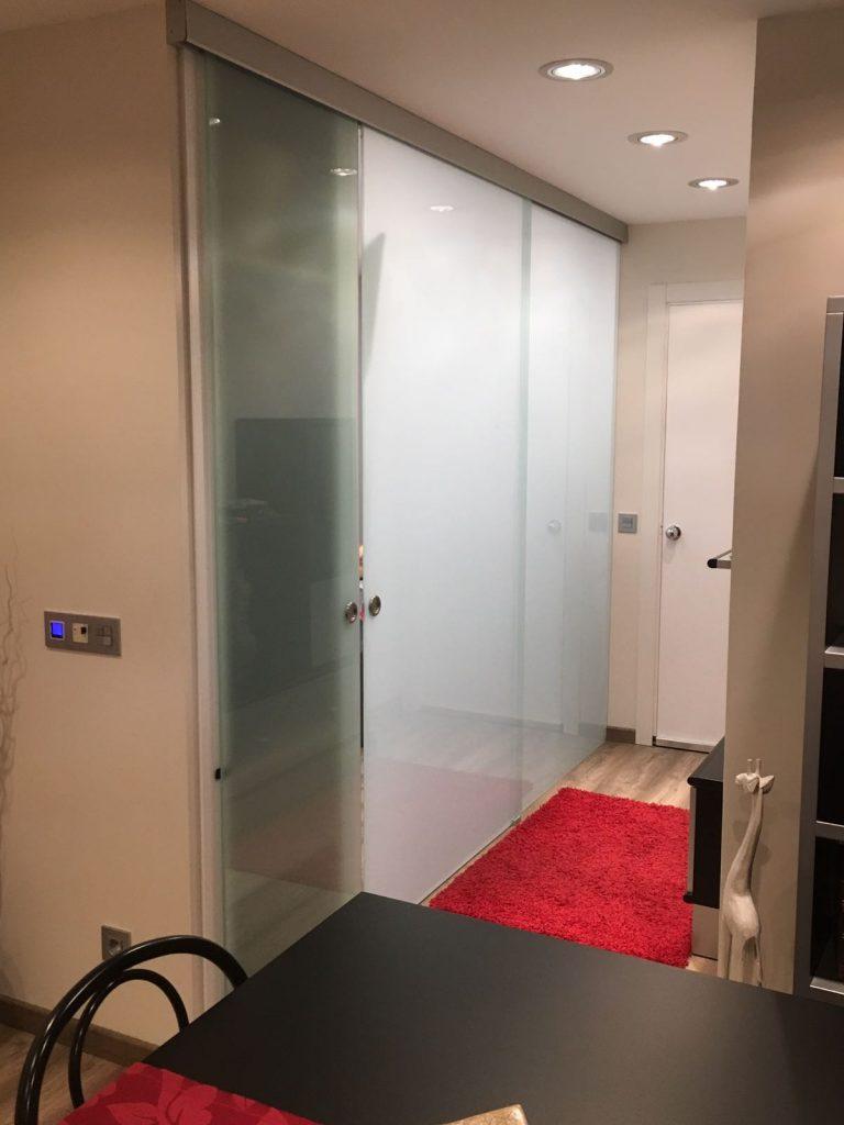 Disposem d'un ampli catàleg de portes corredisses de vidre i guies per a corredisses per a qualsevol projecte que necessiti.