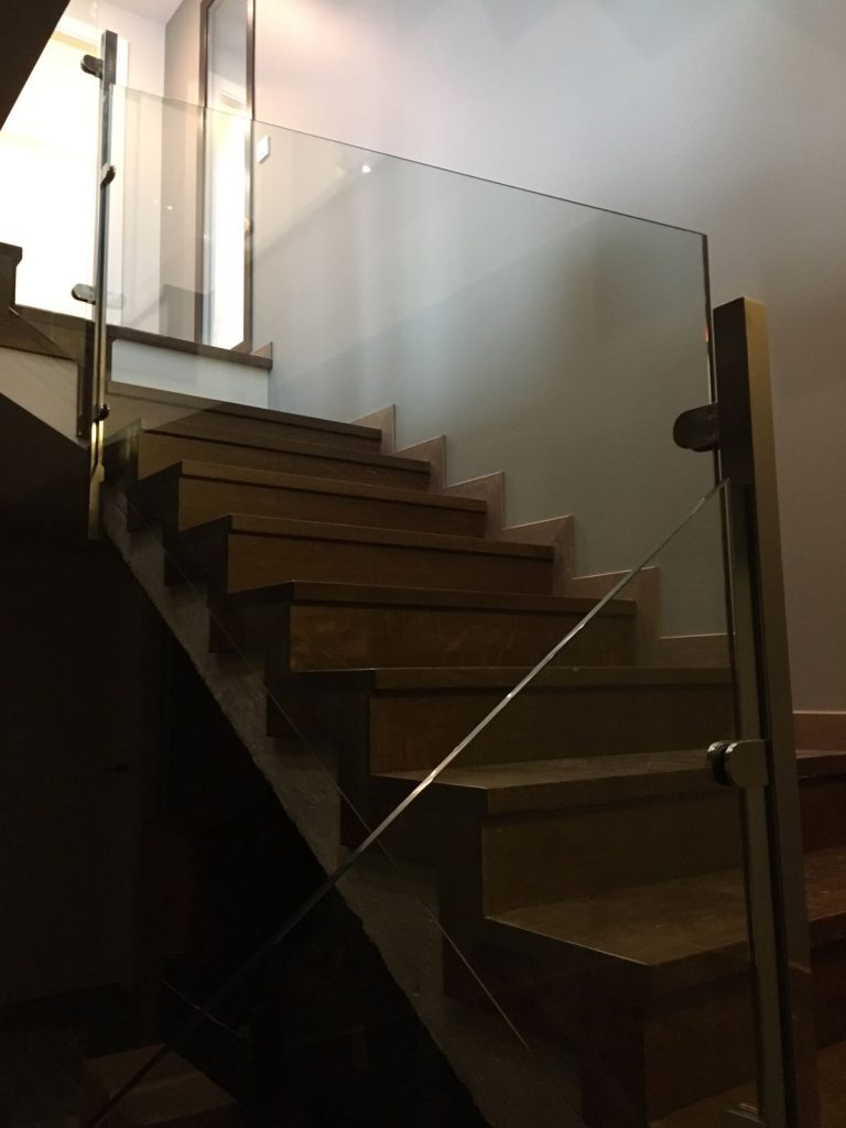 Les baranes de vidre amb acer inoxidable són uns dels nostres punts forts, fem projectes de tot tipus, en corba, passamans sobre baranes d'inoxidables, de vidre, etc.