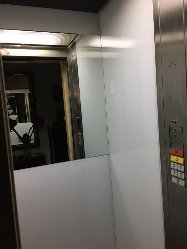 Reparación renovación e instalación de espejos en ascensor de edificio plurifamiliar