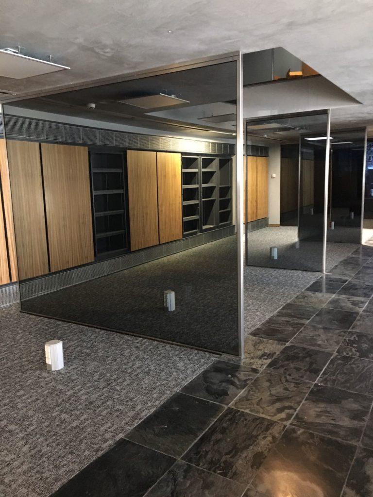 Para las Mamparas de oficina son dos los tipos de vidrios utilizados para confeccionar mamparas acristaladas para oficinas: vidrio laminado y vidrio templado. Aunque luego podemos encontrar variedades o combinaciones entre ellos adaptadas a las diferentes necesidades y usos que se puedan plantear.