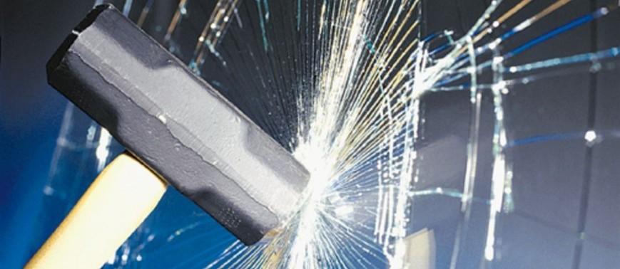 El butiral de polivinilo se utiliza como una lámina que, gracias a sus propiedades de adherencia y transparencia, es idónea para la unión de hojas de vidrio. Permite la transmisión de esfuerzos entre los vidrios, absorbiendo la energía derivada de la propagación de la grieta y uniéndolos como uno solo, aunque el propio material carece de resistencia mecánica elevada. La lámina de butiral se utiliza para impedir el desprendimiento de fragmentos de vidrio si se produce una rotura, por lo que se emplea en lunas de vehículos y en vidrios que puedan presentar riesgo para las personas como lo son los empleados en edificación tales como ventanas, lucernarios, escaparates.