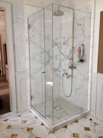 Mampares ens dediquem a la fabricació de mampares de bany, tant per a dutxa com banyera, amb vidres temperats transparents o amb serigrafies.