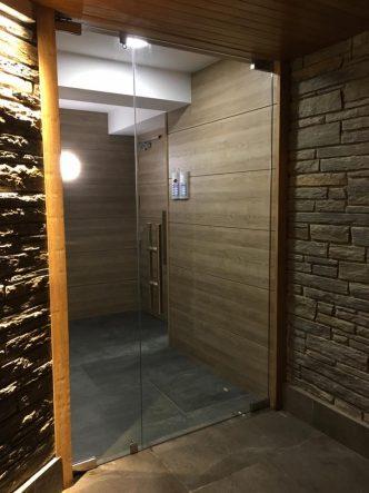 """Cristalleries Andorra Porta d'entrada d'edifici amb vidre especial de seguretatsecurit. El vidreSecurités un vidre simple el qual es passa pel forn a unes temperatures molt altes aconseguint un tractament d'enduriment """"temperat"""""""