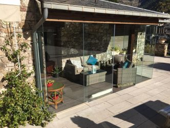 Especialistes en Tancaments de vidre per a terrasses. Andorra Cerramientos de terraza Andorra ha pensat alguna vegada en gaudir de la seva terrassa o porxo durant tot l'any? Descobreixi amb els tancaments de vidre de Finestra Confort les noves possibilitats del seu porxo, balcó o terrassa. A casa seva. Al seu apartament de platja o muntanya. Avantatges: Els tancaments de vidre per terrasses li permetran donar el màxim d'usos a la seva terrassa o balcó independentment del temps. Li ofereixen la possibilitat de poder practicar les seves aficions, de deixar jugar a la mainada en un ambient segur i més agradable, o bé, li permeten decorar al seu gust un espai fins ara desaprofitat. El sistema de cortina de vidres per balcons, terrasses i porxos, està dissenyat per tal que fred, vent, soroll, pluja o pols no siguin un inconvenient a l'hora de gaudir d'aquest espai amb tota la família. Protecció contra fred, vent i pluja. Protecció contra soroll i pol·lució. Seguretat pels petits de casa. Decoració al seu gust. Nou ambient per les seves aficions.