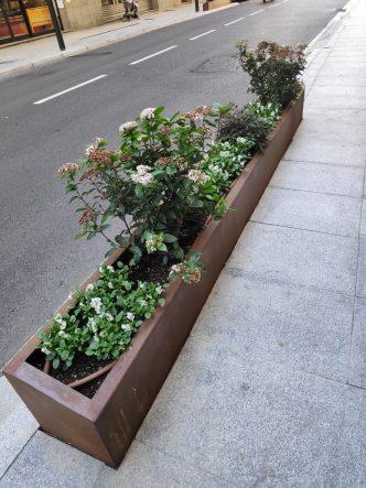 Ampli catàleg de jardineres en ferro corten i de fundició per a carrers parcs i jardins Demana pressupost online