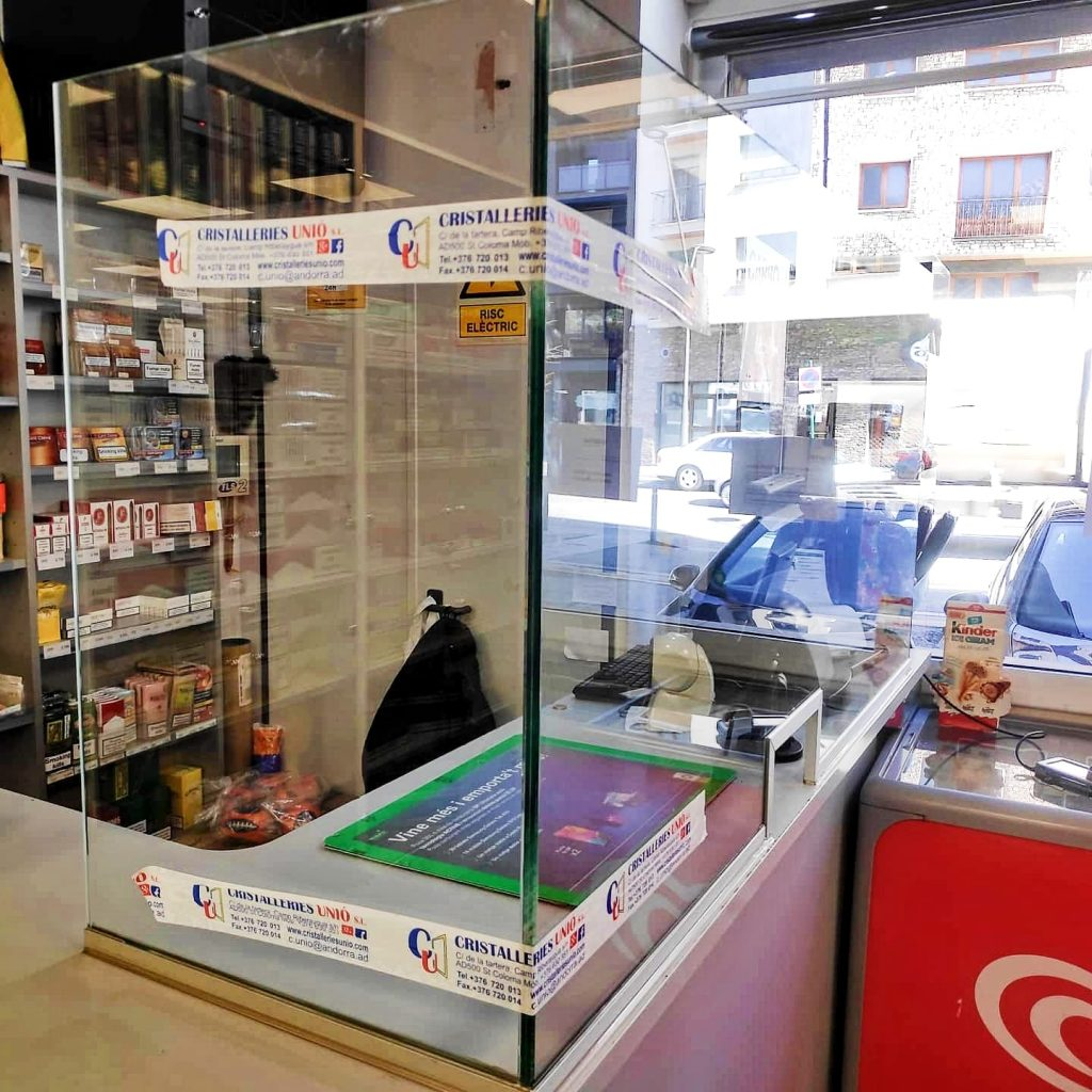 Las mamparas de metacrilato o de cristal de seguridad anti-contagio para las farmacias, bancos y tiendas son la mejor herramienta de protección contra el coronavirus