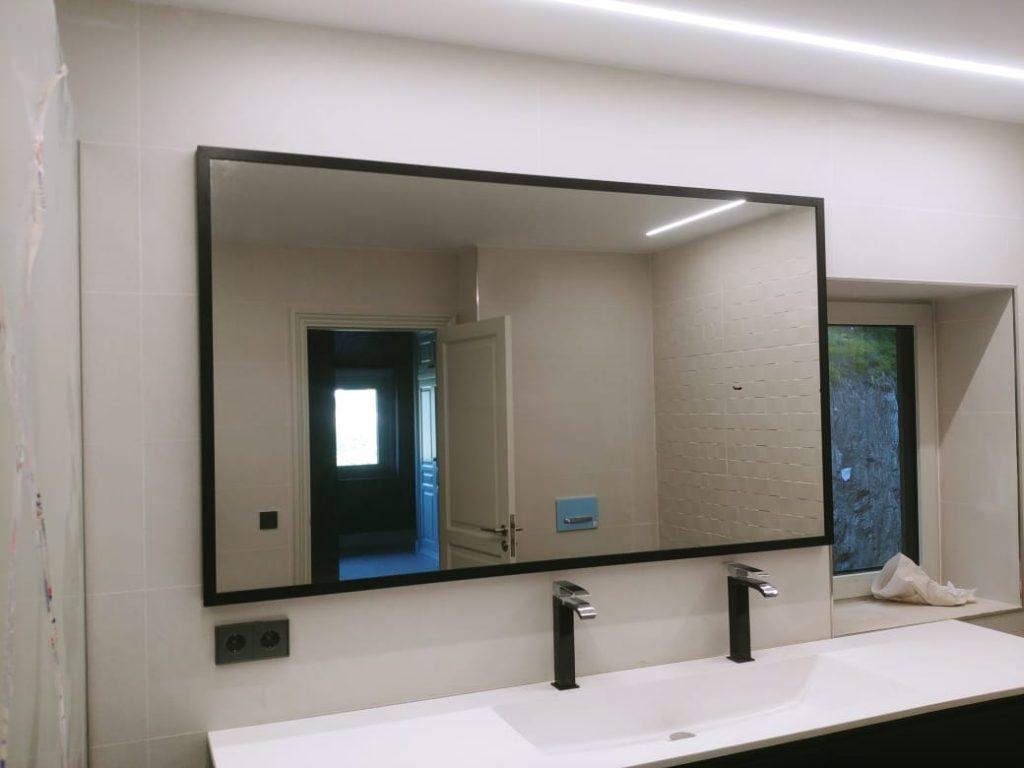 Fem miralls de tota mena que podem personalitzar i fabricar a mida. No et conformis amb un mirall convencional i aposta per quelcom d'únic i fet només per vestir la teva paret. Podem col·locar el marc i la motllura que tu triïs perquè el puguis combinar a la perfecció amb la resta dels teus mobles i amb el teu estil. Vols un mirall a mida? Confia en els especialistes, t'ajudarem amb molt de gust i t'elaborarem un pressupost a mida.