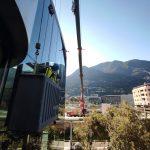 Canvi de vidre trencat de seguretat i amb protecció solar feina feta a llarga distància amb l'ajuda d'una grua gegant