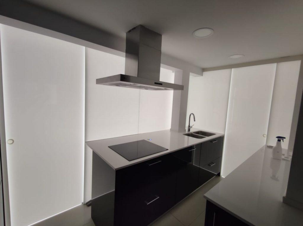 Tancament perímetral de cuina en vidre laminat de seguretat